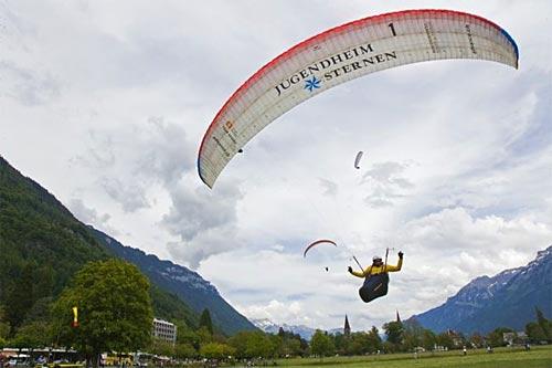 Chrigel Maurer landing in Grindelwald