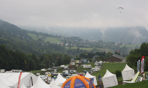 The scene at 9.30am Sunday: paramotor buzzing the Coupe Icare