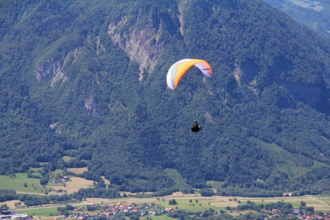 Charlie flying from the Col de Aparitatz above Ugine
