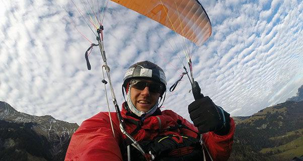 Chrigel Maurer flies Skywalk