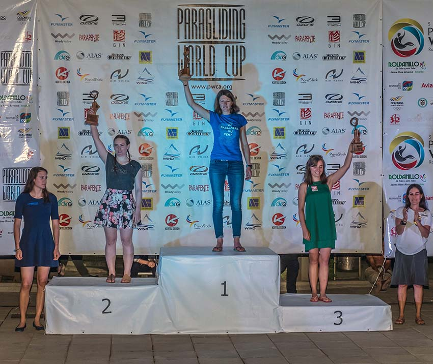 Laurie Genovese lifts the Superfinal Trophy in Roldanillo