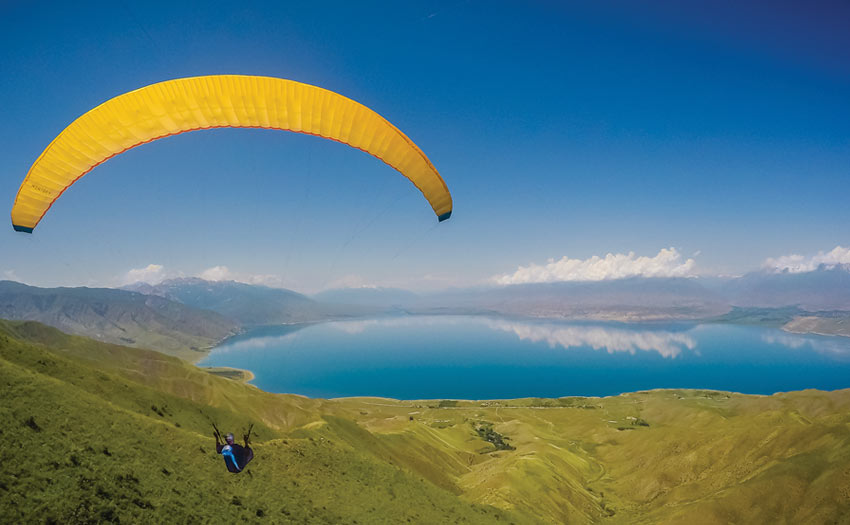 Paragliding in Kyrgyzstan. Photo: Ralf Heuber