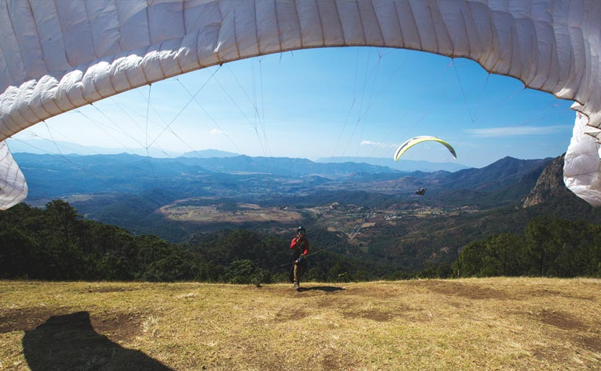 Launching a paraglider at Valle de Bravo. Photo: Kat Cannell