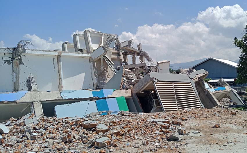 The remains of the Roa Roa Hotel in Palu after the earthquake. Twenty pilots were staying in the hotel, seven were killed. Photo: Yoshi Pasha