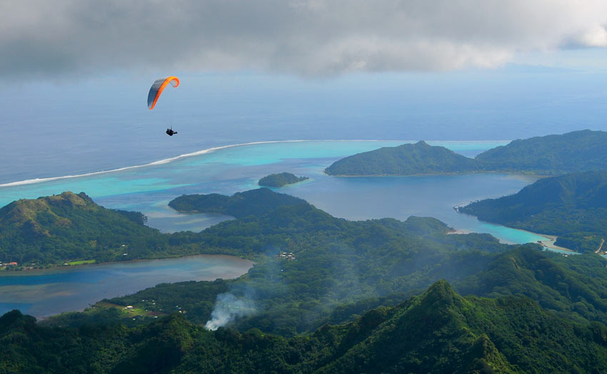 Paragliding in Tahiti, by Aurelie Cottier