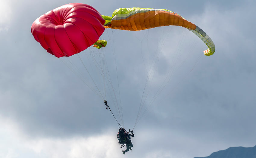 Throwing your reserve parachute while paragliding. Photo: Andy Busslinger
