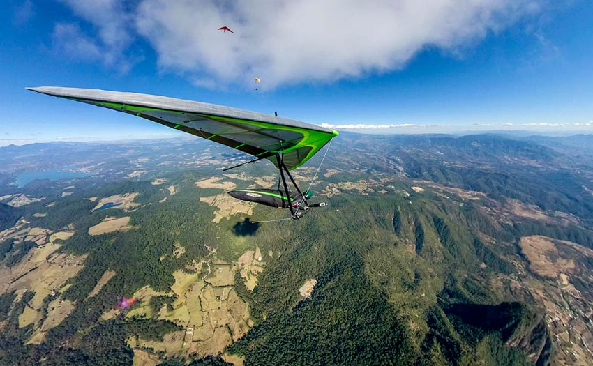 Hang gliding in Valle de Bravo. Photo: Wolfi Siess